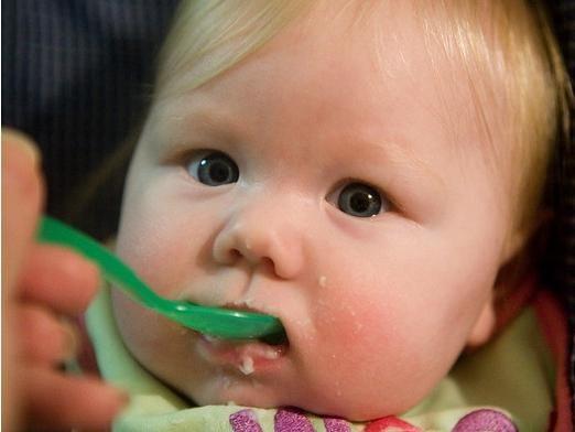 Чим годувати дитину в 4 місяці?