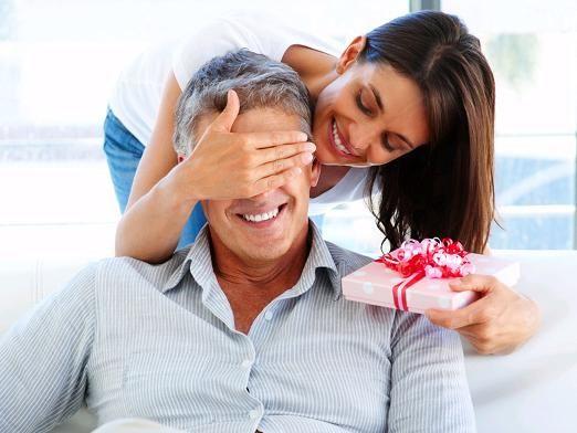 Що подарувати чоловікові на день народження?