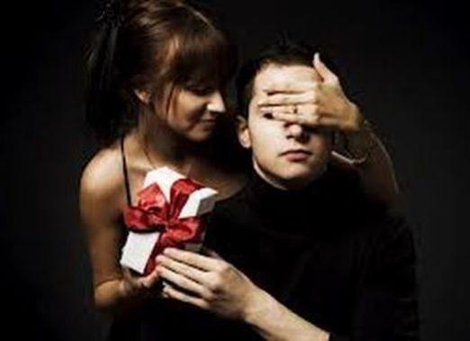 Що подарувати чоловікові на рік?