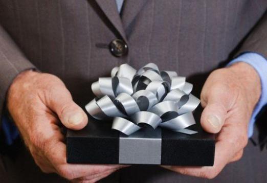 Що подарувати начальнику-чоловікові?