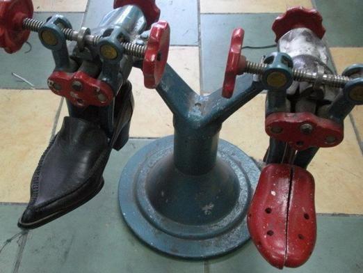 Як розтягнути шкіряне взуття?