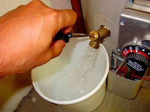 Як злити воду з водонагрівача?