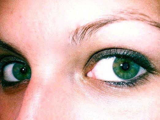 Який колір волосся підходить до зелених очей?