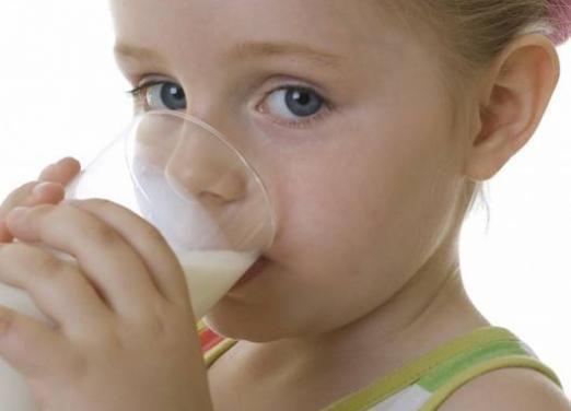 Коли давати молоко дитині?