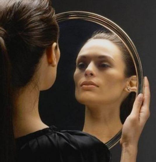 Чому не можна дивитися вночі в дзеркало?