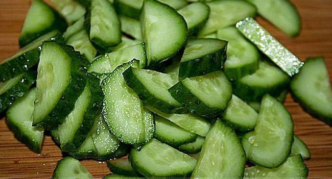 нарізані огірки