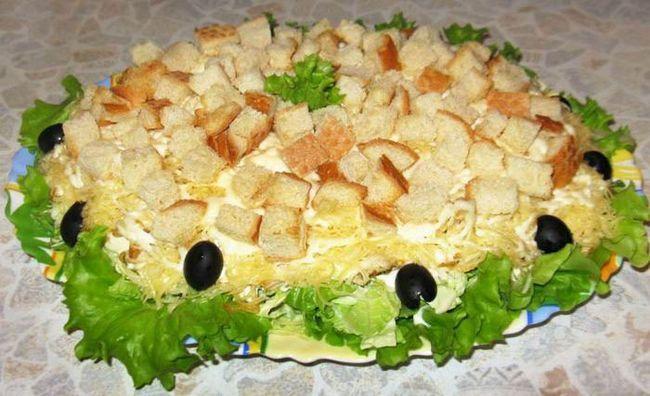 Салат з куркою і сухарями