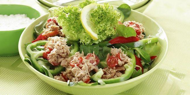 Дієтичний салат з консервованим тунцем і яйцем