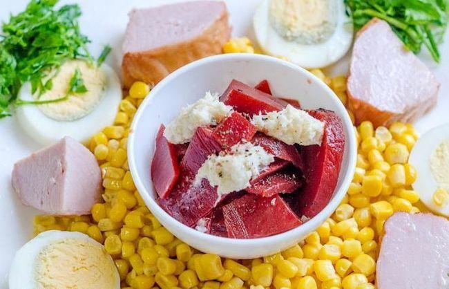салат з шинкою і кукурудзою